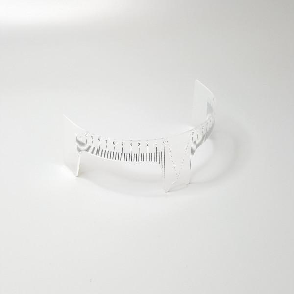 Линейка с вырезами для подбора формы бровей